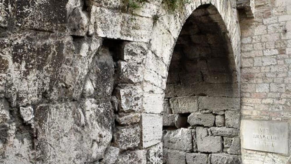Credenza Antica Perugia : Art bonus una delle porte più antiche di perugia ha bisogno del