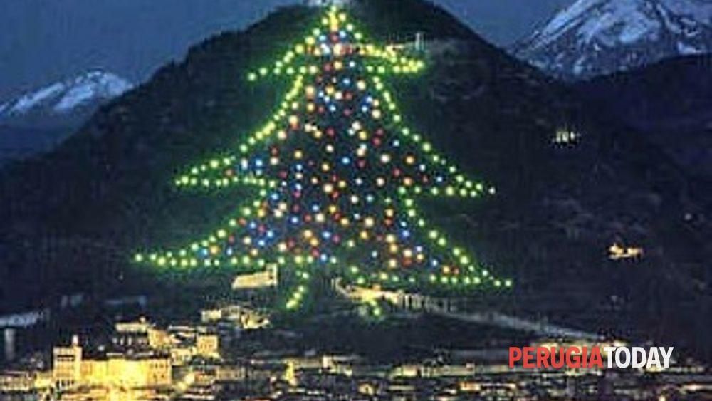 Albero Di Natale Gubbio.Gubbio L Albero Di Natale Piu Grande Del Mondo Si Accende Dallo Spazio