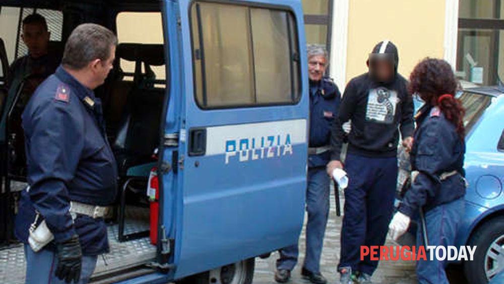 Rapina i passanti con un coltello e spaccia: era a Perugia col ...